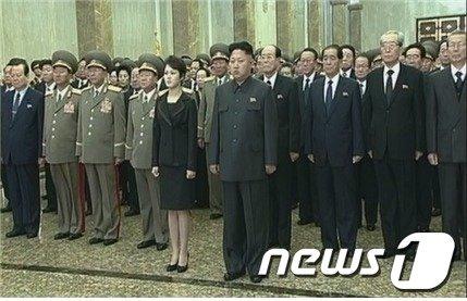 정부는 북한 김경희 노동당 비서가 당 주요직위에서 모두 물러난 것으로 보인다고 17일 밝혔다. 북한은 기록영화 '영원한 태양의 성지로 만대에 빛내이시려'에 등장한  김경희 비서가 나온 부분을 편집해 다른 화면으로 교체한 것이 확인됐다.(통일부 제공)© News1
