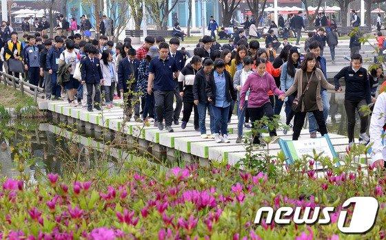[사진]장애인의 날 기념, 고교 특수학급 걷기대회