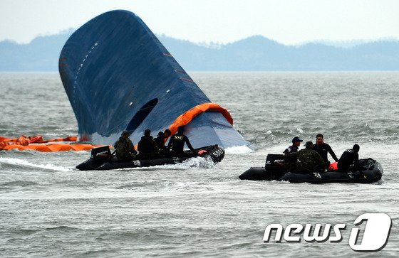 전남 진도군 관매도 인근 해상에서 인천을 출발해 제주로 향하던 6825t급 여객선 세월호 침몰 사고 이틀째인 17일 오전 사고해역에서 해군 SSU 대원들이 구조 작업을 진행하고 있다. 2014.4.17/뉴스1 © News1 박정호 기자