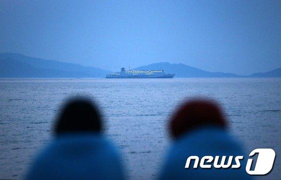 세월호 여객선 침몰 사고 발생 닷새째인 20일 오후 전남 진도 팽목항에서 실종자 가족들이 바다를 바라보고 있다. © News1 한재호 기자