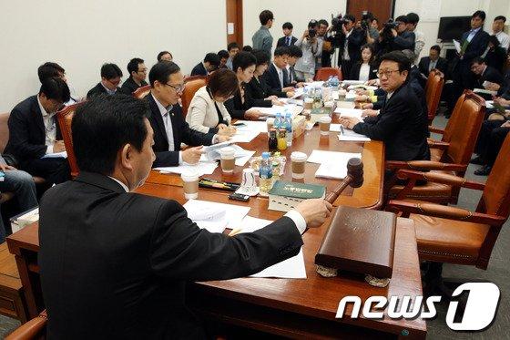 [사진]국회 환노위 법안심사소위 '심도싶은 사전논의가 필요'