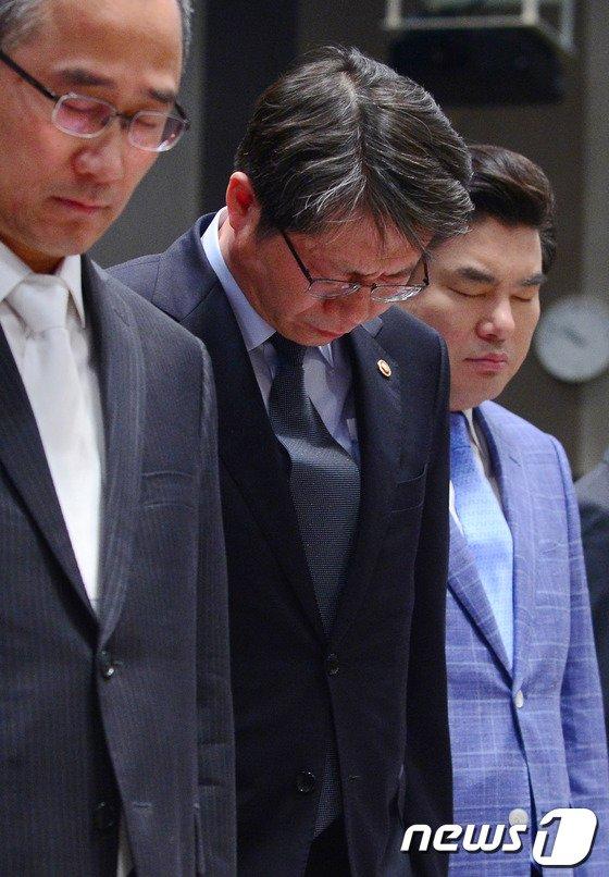 [사진]세월호 침몰, 안타까움에 고개 숙인 장관