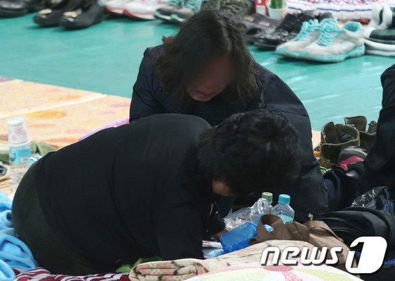 [사진][세월호 침몰] 지쳐 쓰러져가는 실종자 가족들