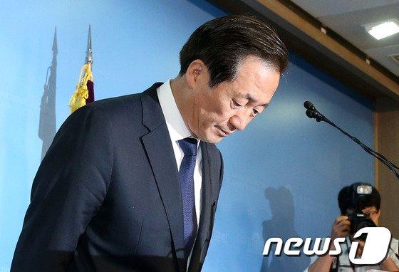 [사진]'막내아들 페북글 논란' 고개숙인 정몽준