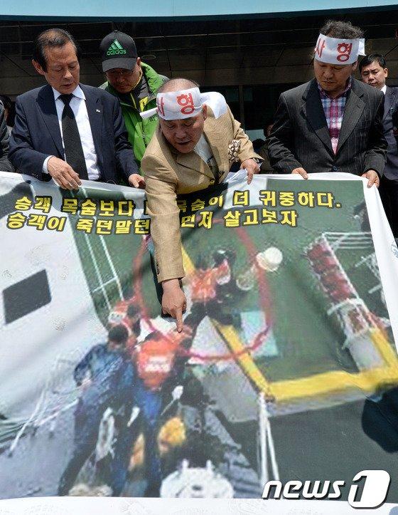 [사진][세월호 침몰]'선장 탈출사진 가리키며...'