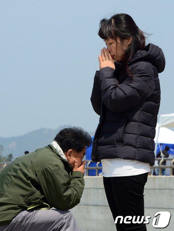 [사진][세월호 침몰] 팽목항에 이어지는 기도