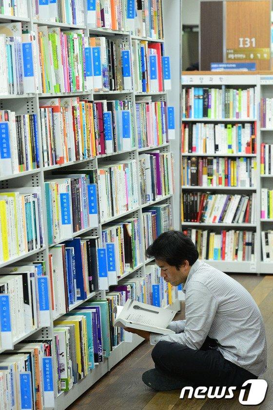 [사진]책에 푹 빠진 시민들