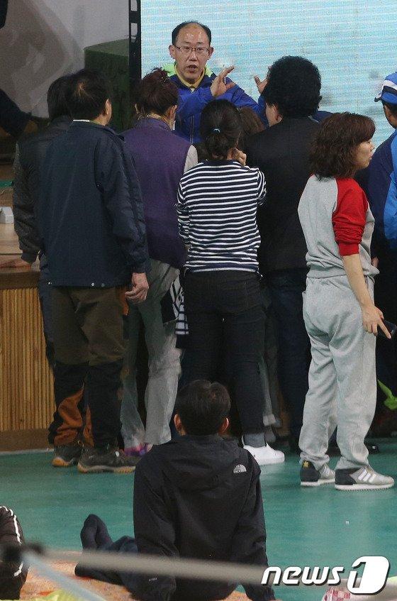 [사진][세월호 침몰]브리핑에 모인 실종자 가족