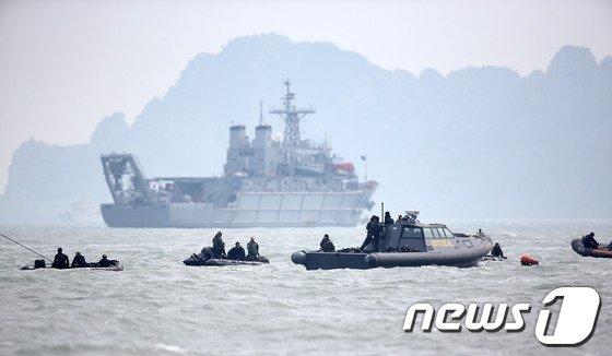[사진][세월호 침몰] '실종자를 찾아라'