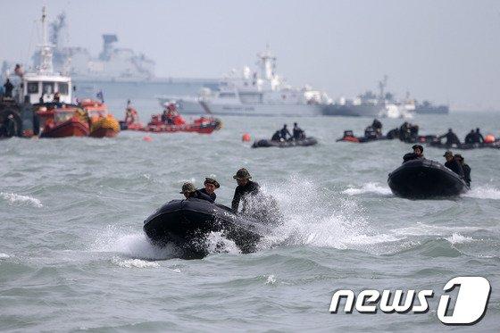 [사진][세월호 침몰] 파도를 헤치고