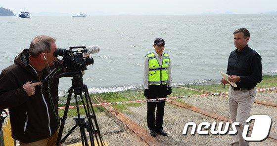 [사진][세월호 침몰] 팽목항의 외신기자들