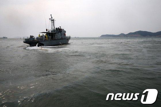 세월호 여객선 침몰 사고 발생 엿새째인 21일 오후 전남 진도군 관매도 인근 사고 해역에서 기술진이 무인 잠수정 ROV(remotely-operated vehicle)를 투입하고 있다. © News1 한재호 기자