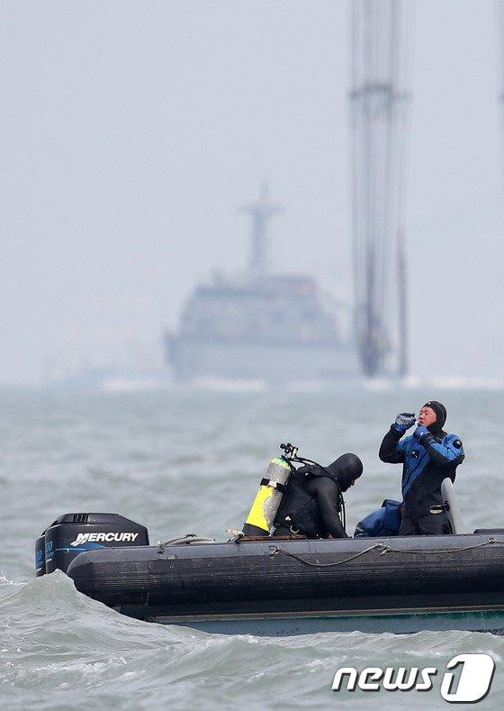 [사진][세월호 침몰] '속 타는 구조대'
