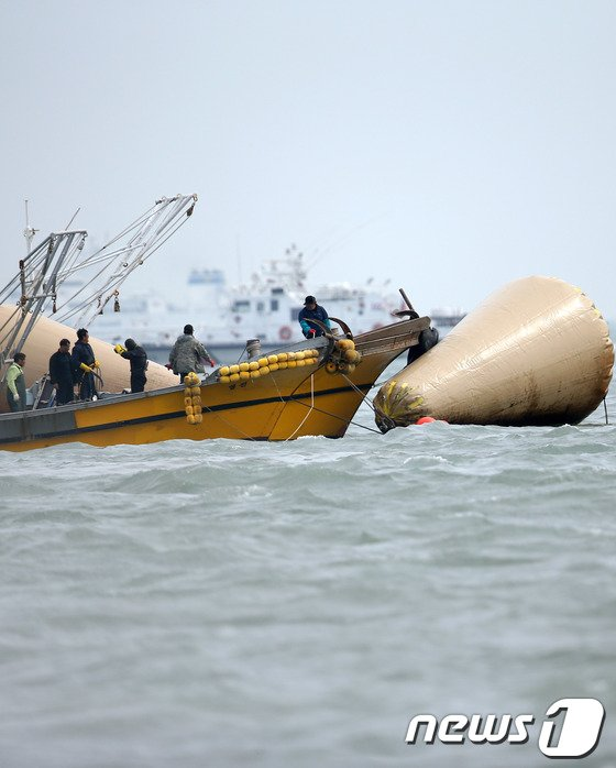 [사진][세월호 침몰] 민간 잠수사 '머구리' 대거 투입