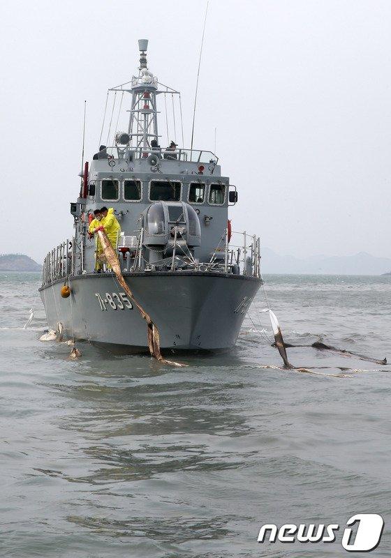 [사진][세월호 침몰] 유출기름 방제작업