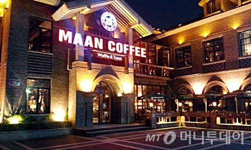 한국인이 중국 내에서 80여개 매장을 운영 중인 '만커피'의 난징 매장. 대형매장 규모와 와플·버거 등 특화 메뉴로 스타벅스와 차별화해 승부를 보고 있다.