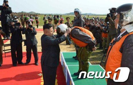 [사진]메달 걸어주는 김정은
