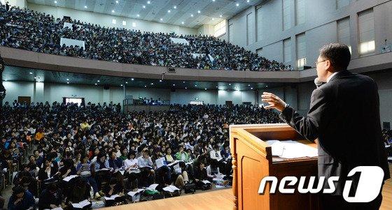 [사진]강당 가득 메운 학생과 학부모들