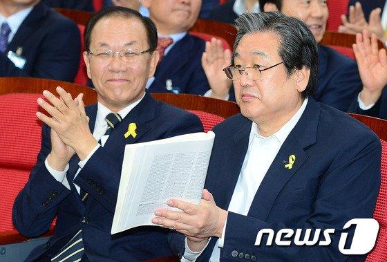 [사진]박수치는 황우여-김무성
