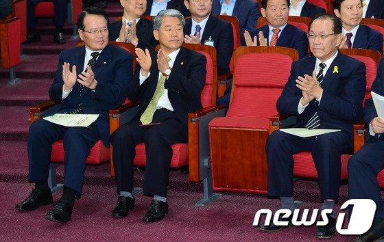 [사진]박수치는 차기 국회의장 후보 황우여-정의화