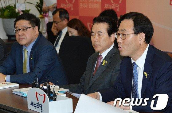 [사진]정책공약집 발표하는 주호영 정책위의장
