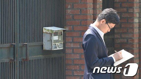 13일 오전 유병언 전 세모그룹 회장 일가가 소유하고 있는 서울 서초구 염곡동의 '세모타운' 앞에서 검찰 관계자들이 체포영장을 들고 서 있다.  © News1   송은석 기자
