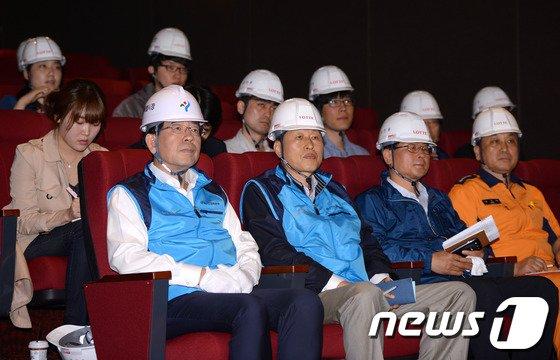 [사진]제2롯데월드 영상물 시청하는 박원순시장