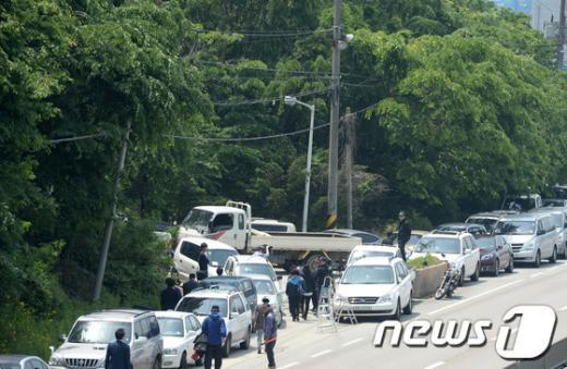 [사진][세월호 참사] 체포영장 집행 대비 금수원 입구 막은 신도들의 차량
