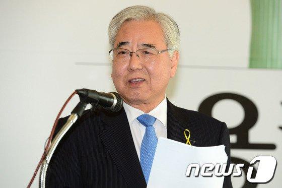 [사진]학교 안전 공약 발표하는 문용린