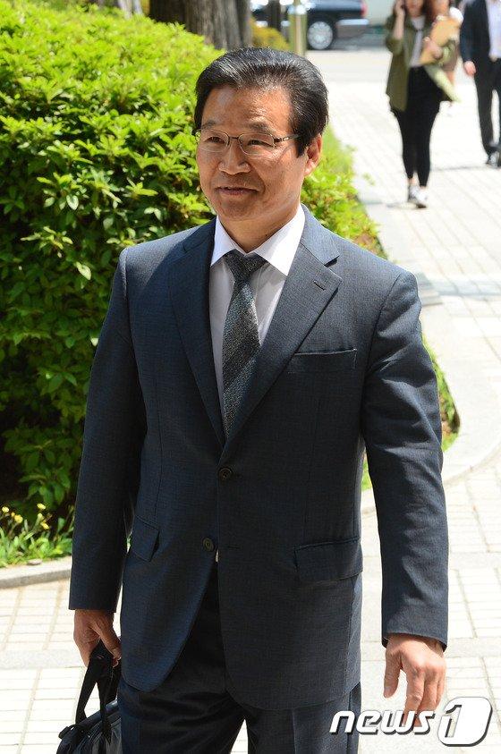 [사진]여유로운 표정의 김용판 전 청장