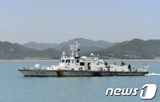 [사진][세월호 참사] 새로 투입되는 민간잠수사 태운 해경 경비정