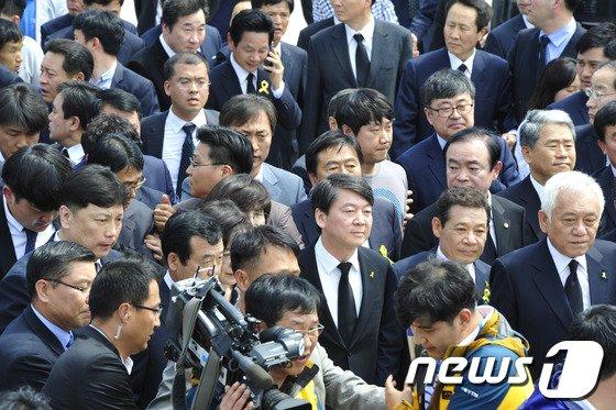 [사진]광주서 항의 외침 받는 안철수-김한길