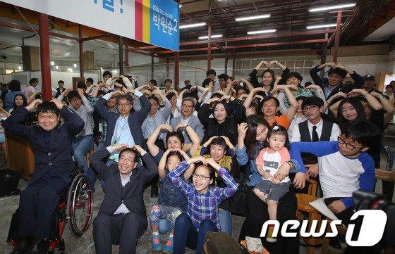 [사진]박원순 '시민봉사단과 함께 승리를'