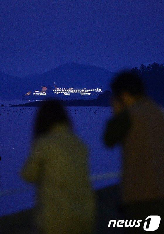 [사진][세월호 참사] 팽목항 지나는 여객선
