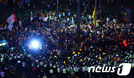 [사진][세월호 참사] 경찰과 대치하는 촛불