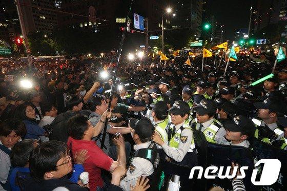 [사진]몸싸움 벌이는 경찰과 촛불행렬