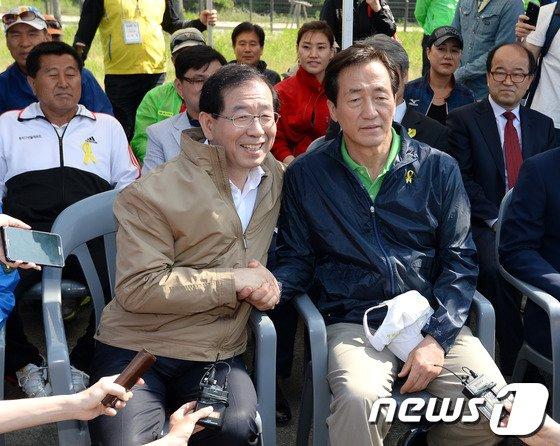 [사진]정몽준-박원순 '서울시장 후보들의 악수'