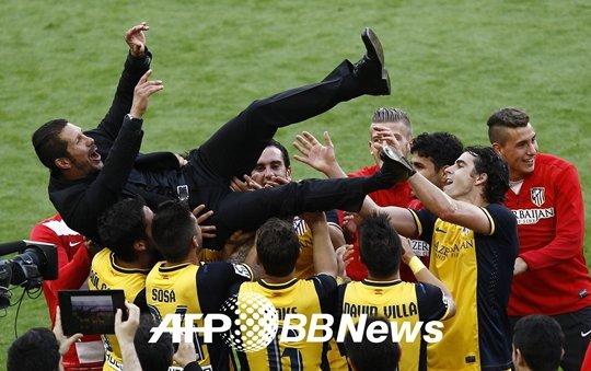 시메오네 감독을 헹가래 치고 있는 아틀레티코 마드리드 선수들. /사진=AFPBBNews<br /> <br />