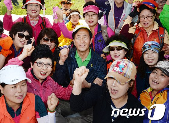 [사진]정몽준 '등산 동호인들과 함께'