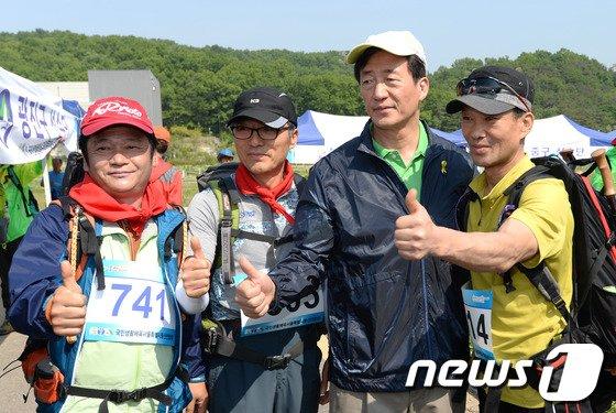 [사진]등산 동호인들과 기념사진 찍는 정몽준