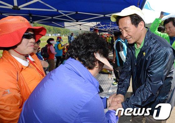 [사진]등산 동호인 손 잡는 정몽준