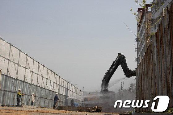 [사진]붕괴 위기 아산 오피스텔, 철거 시작