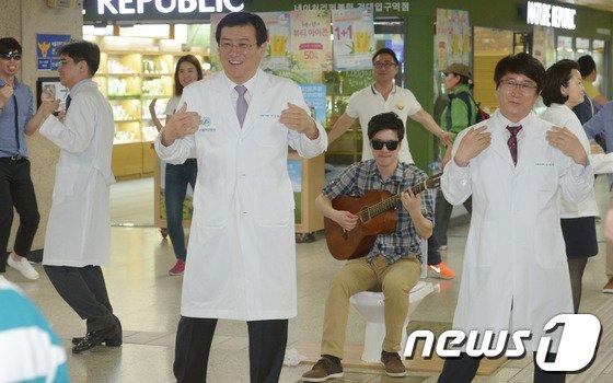 [사진]'춤 추는 의사 선생님'