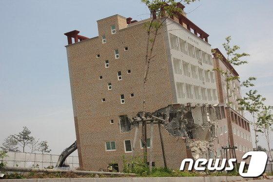 [사진]철거되는 한국판 '피사의 사탑'