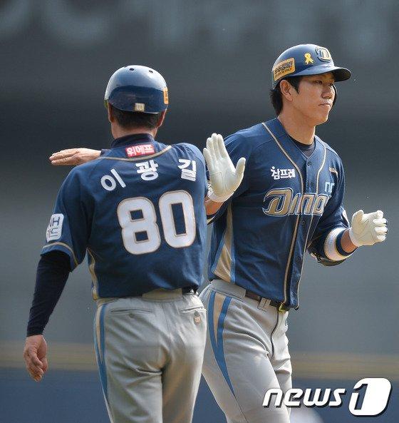 [사진]모창민 '3포 홈런으로 기선제압'