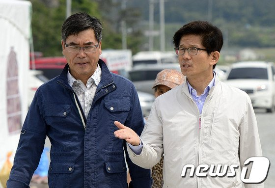 [사진][세월호 참사] 팽목항 자원봉사시설 둘러보는 김문수