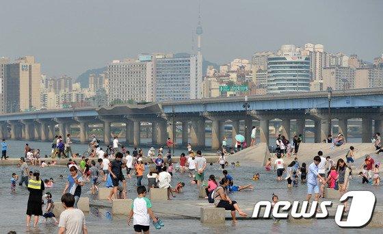 [사진]무더위에 한강 찾은 시민들