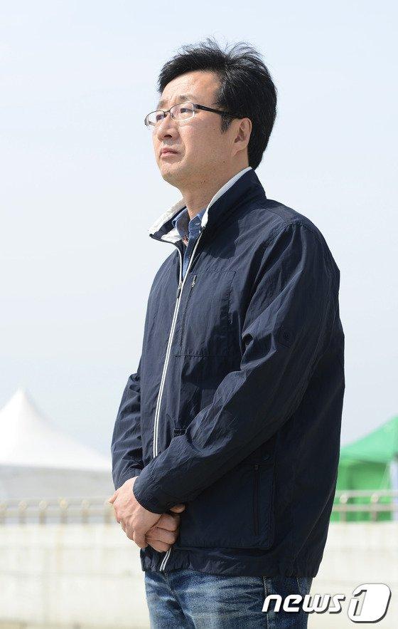 [사진][세월호 참사] 사고해역 향해 두손모은 천호선 대표
