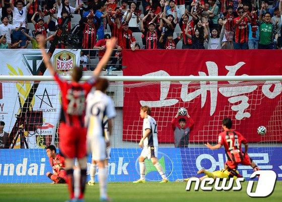 [사진]박희성 골에 기뻐하는 팬들
