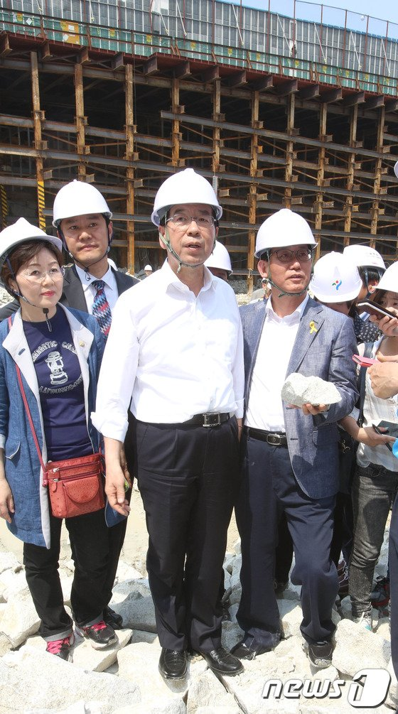[사진]관악산 저류조 공사현장 방문한 박원순 후보